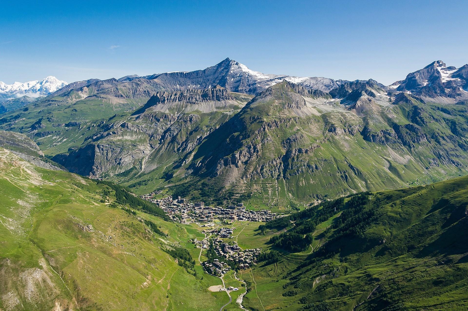 valdisere-le village-les montagnes-l'été
