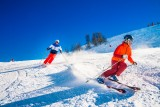 valdisere-couple-skieurs-avec-mel-zes-et-ciel-bleu-6476780